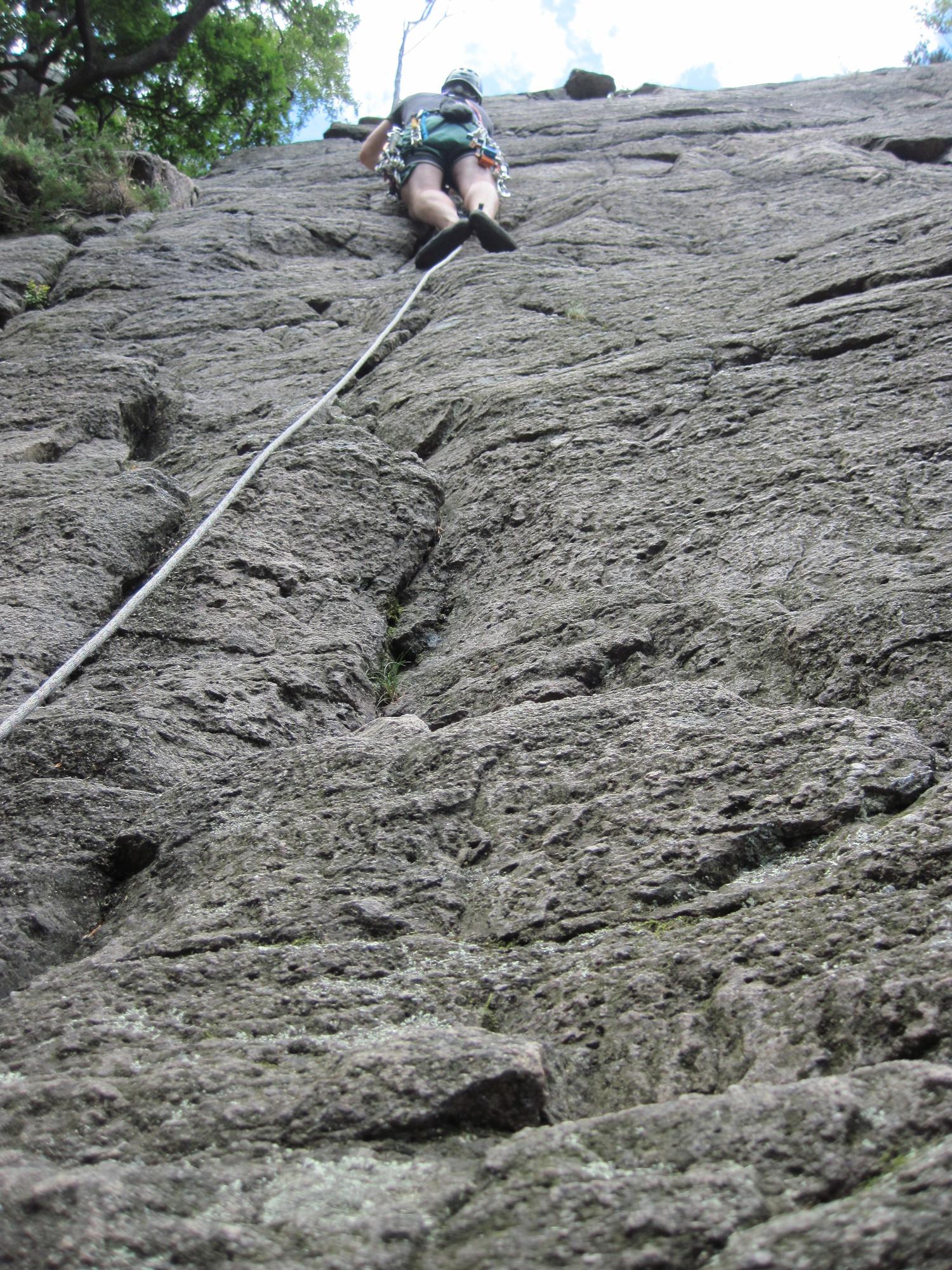 Gabi klettert den Kiefernweg